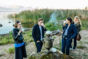 Inimesed Peipsi järve ääres nautimas Peipsimaa toidu maitseid