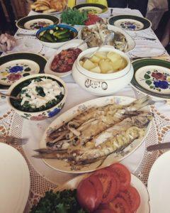 Peipsimaad külastavad Moskva ajakirjanikud Oeipsimaa maitseid nautimas
