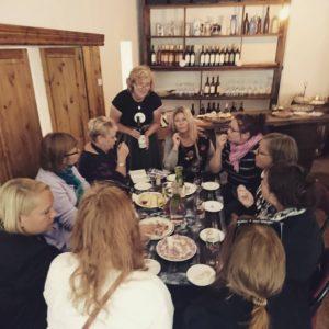 Peipsimaa külastajad söögilaua taga