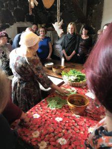 "Koolitusprogramm ""Kiika Peipsimaa kööki"" osalejad laua ümber"