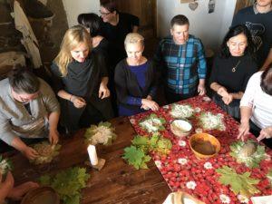 """Koolitusprogramm """"Kiika Peipsimaa kööki"""" osalejad laua ümber teise nurga all"""