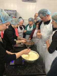 """Koolitusprogramm """"Kiika Peipsimaa kööki"""" osalejad kokkamas"""
