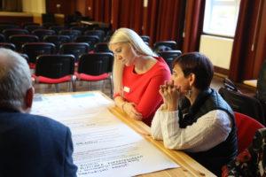 Arengufoorumil osalejad vestlemas