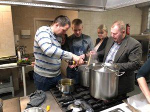 Kiika Peipsimaa kööki IV moodul osalejad sööki tegemas